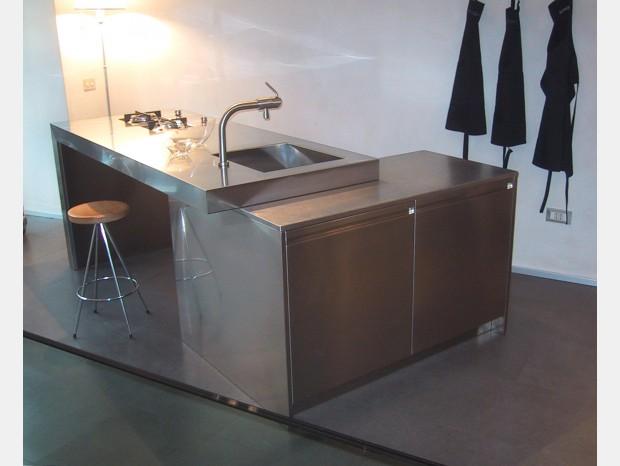 Cucina con Isola Xera Monolit 90°