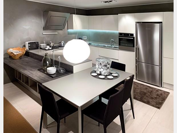 Cucina con penisola La Casa Moderna GEA
