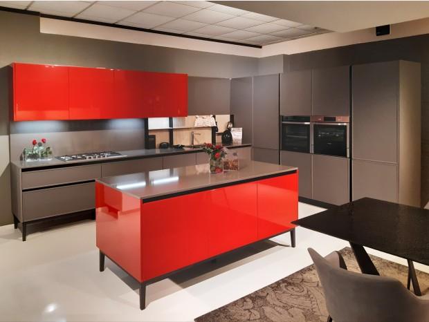 Cucina con Isola Arredo3 Laccato Rosso e telaio Aria Piombo